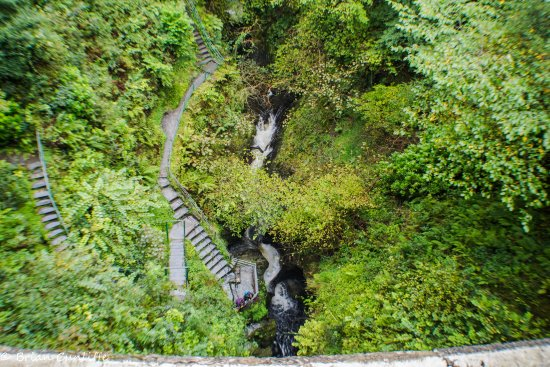 Devil's Bridge (Pontarfynach), UK: Taken from the bridge, it is a long way down.