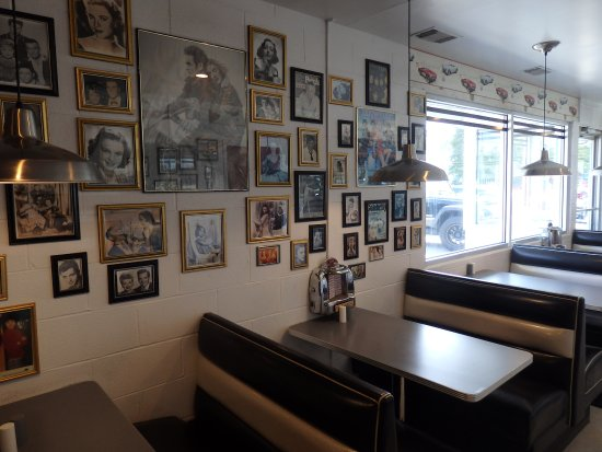 Braidwood, IL: Walls covered in pictures of hollywood and misic icons of the past