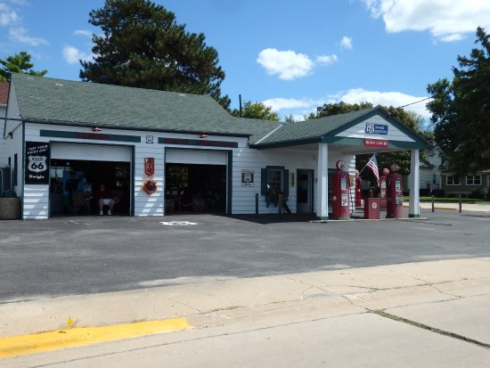 Dwight, IL: Full view of the gas station