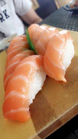 Tavagnacco, İtalya: Nigiri al salmone
