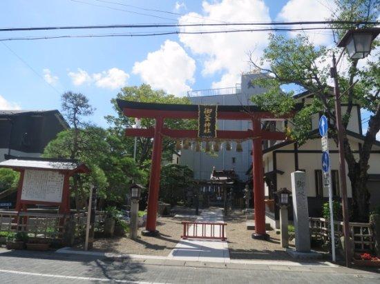 Shiogama, Japonya: 住宅街の中にある小さな神社