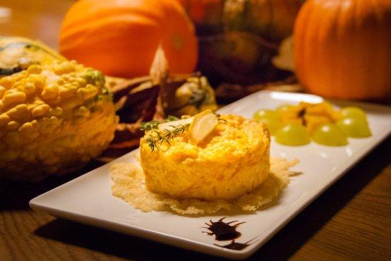Bremgarten, İsviçre: Beispiel einer Köstlichkeit aus der Herbstkarte - Kürbistatar auf einem Parmesan Körbchen