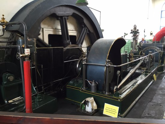 Queen Street Mill Textile Museum: Working steam engine