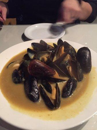 Lethbridge, Canadá: Mussles in curry sauce, fettuccine carbonara, rack of Lam & tiramisu