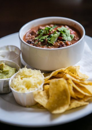 Swansea County, UK: Zingy chilli con carne served with guac, cheese and nachos