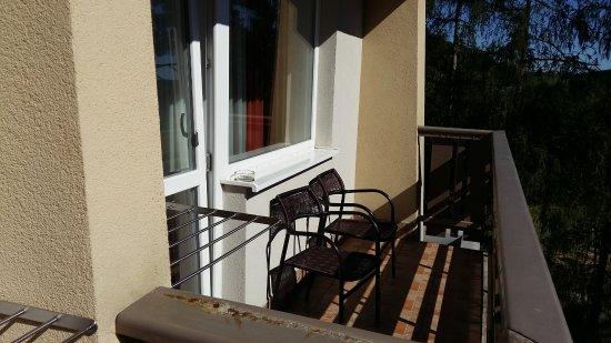 Vyhne, สโลวะเกีย: velké balkony se židlemi, stolem a sušákem prádla