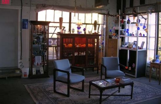 Bellows Falls, เวอร์มอนต์: Part of the studio/gallery space to sit, relax and watch hand-sculpted and blown Glass being mad