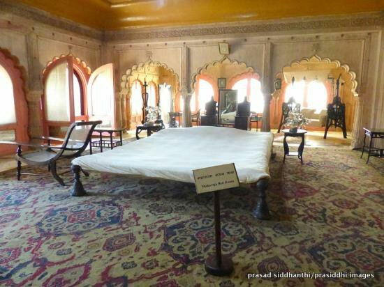 Deeg, India: Maharaja surajmal bedroom in which his bed is show what was the height of maharaj surajmal.....t