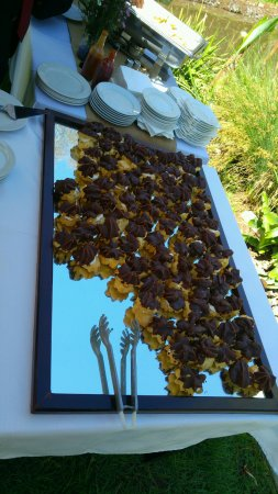 Roodepoort, Zuid-Afrika: Chocolate eclairs served as part of the finger foods after the ceremony