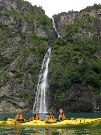 Valldal, Noorwegen: Kayaking on Tafjord, waterfall in background