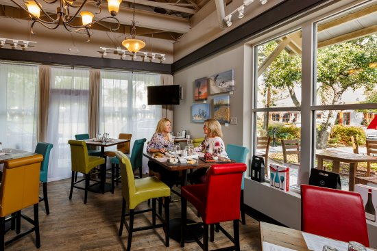 Kiawah Island, SC: There is a pleasant dining area indoors and a large outdoor patio.