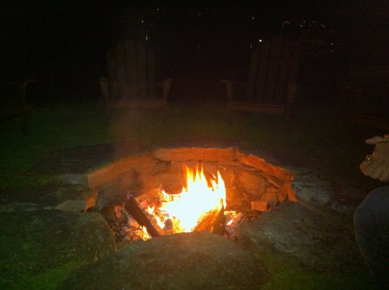 Hotel Quintessence: Awesome roaring fire by the lake under the stars.