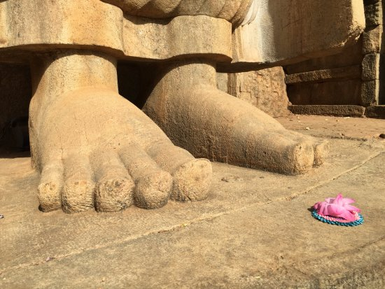 Noordelijke-Centrale Provincie, Sri Lanka: Statue feet.