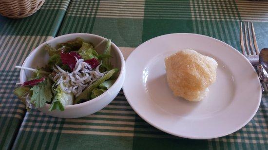 Ashiya, Japon : 前菜のサラダとパン。パンは油感たっぷりでした。