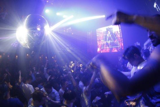 DJ站酒吧