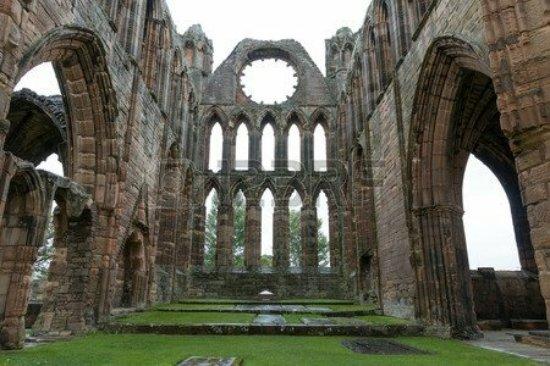 31486210-catedral-de-elgin-una-ruina-medieval-en-escocia_large.jpg