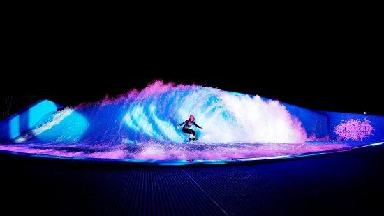 Monteux, Francia: Le plus grand simulateur de surf de nuit