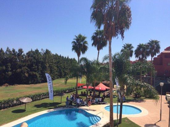 Puerto Banus, Spanien: Instalación a medida en los jardines del centro de convención, con sombra muy bien estudiada.