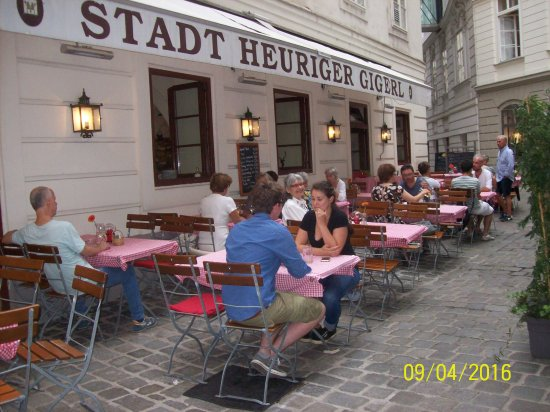 Gigerl - der Stadtheurige: Lovely to sit outside. We went in to pick out the foods we wanted and they were served to us.