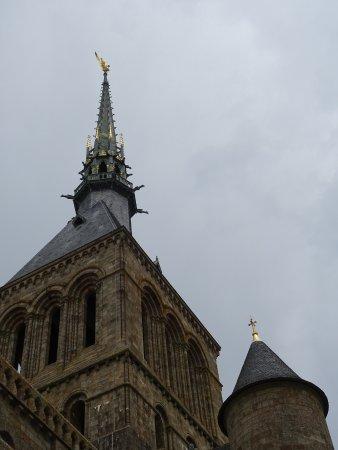 Abbaye du Mont-Saint-Michel : Le clocher et l'Archange vus de la Terrasse Saint Gaultier