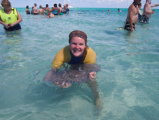 George Town, Gran Caimán: Tour guide Mandy out at Stingray City Sandbar