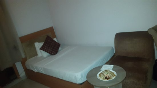 Grand Ibro Hotel: Bed, sofa and it has a working table too.
