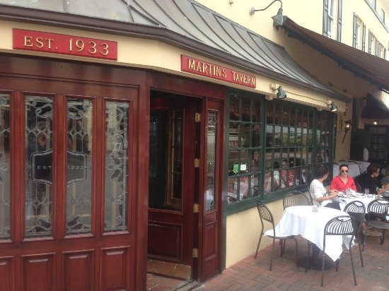 Martin's Tavern: Front and patio