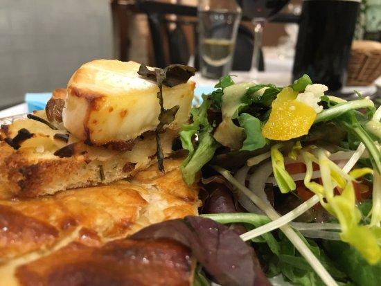 Pamiers, Frankrike: Feuilleté à la carde + toast de chèvre chaud