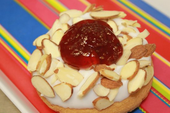 Murfreesboro, Теннесси: Sliced almonds on vanilla glazed doughnut, with a dollop of cherry jelly and lime sugar