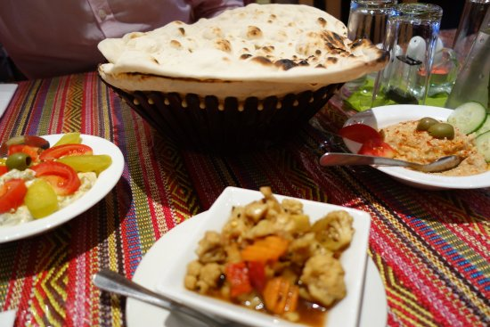 Darvish Traditional Persian Tea House and Restaurant: Selection of starters and naan from their tandoor oven