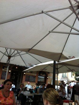 Schaerbeek, Bélgica: Le Saint Hubert - Tavoli all'esterno