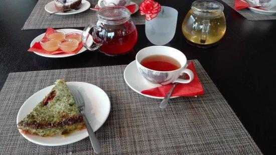 Kajaani, Finlandia: Tässä on tee ja piirakka, myös teen kanssa sai hunajaa pikku kulhoihin