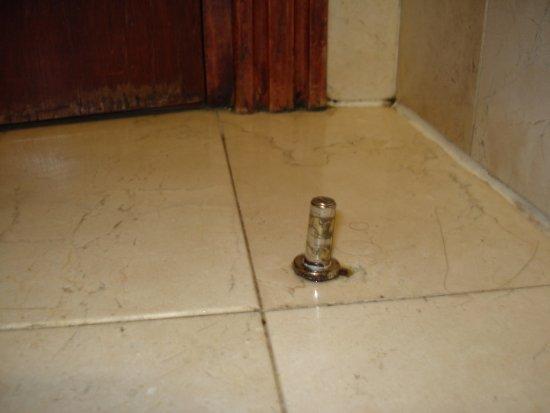 Hotel Derby Sevilla: Aviso: tened cuidado, este artefacto me he lo he clavado en el pie al acceder a la bañera