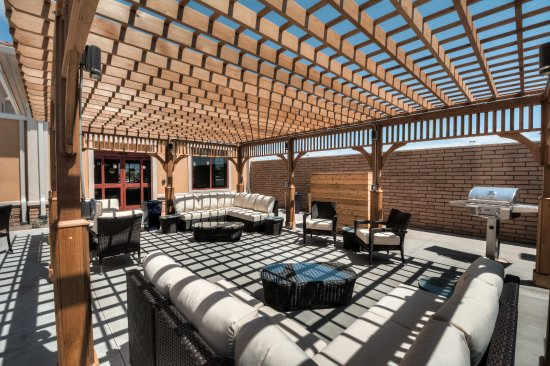 Chandler, AZ: Outdoor Sundeck with Complimentary Grill for Hotel Patrons