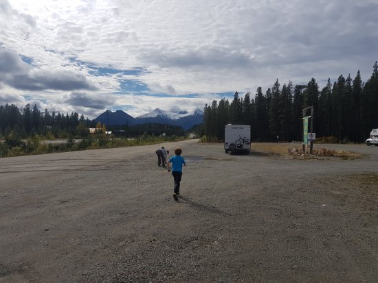 Dease Lake, Canada: gravel area where you can park rigs over night