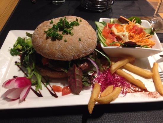 La Roche-en-Ardenne, Belçika: Hamburger Black Angus, servi dans un délicieux pain traditionnel, et avec une salade composée