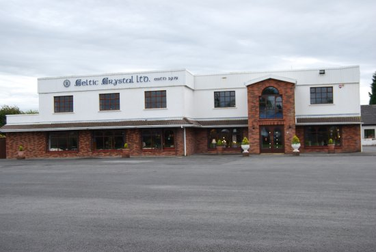 Moycullen, Irland: parking lot and store front