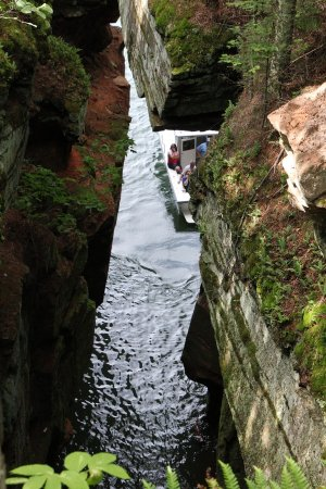 Bayfield, WI: Back to my favorite sea cave: A boat was now inside