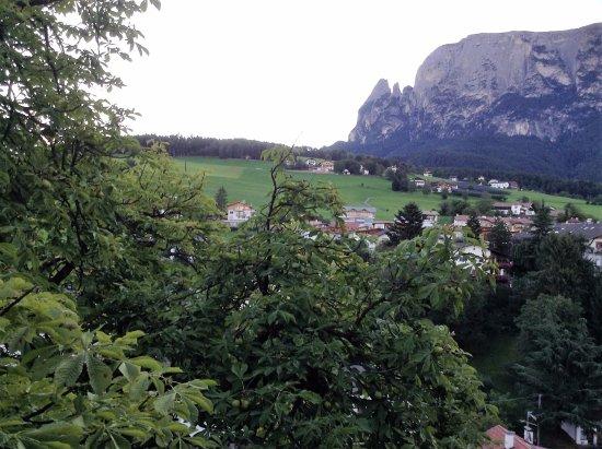 Fie allo Sciliar, Italia: Utsikt från balkongen på tredje våningen.