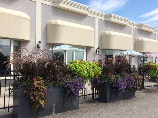 Orillia, Καναδάς: Sunny patio for outdoor dining