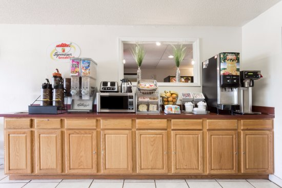 Super 8 Hampton: Breakfast Bar