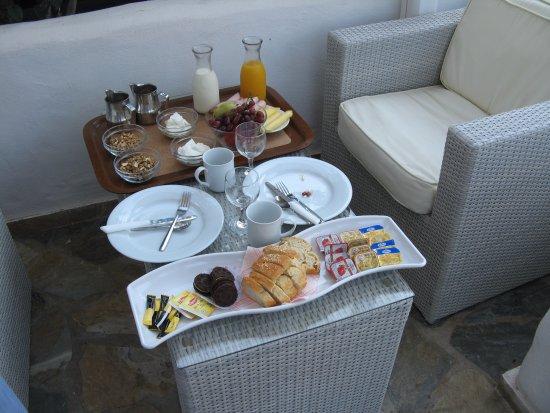 Delmar Apartments & Suites: Petit déjeuner sous le préau