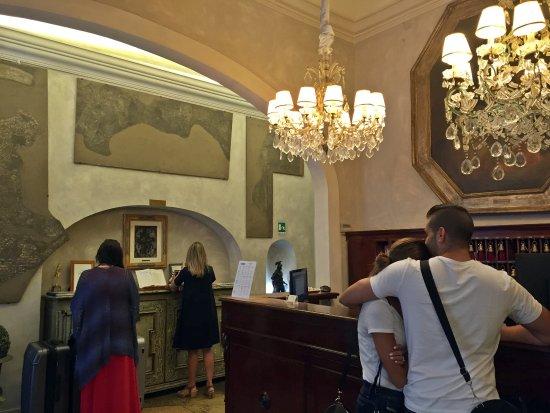 Palazzo dal Borgo Hotel Aprile: Reception desk and lobby