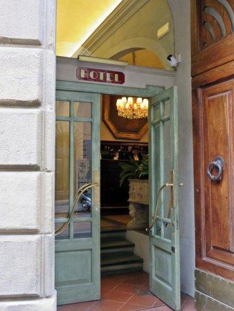 Palazzo dal Borgo Hotel Aprile: Front Entry