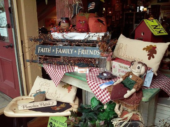 Prairie du Chien, WI: Primitive decor and hand crafted accents.