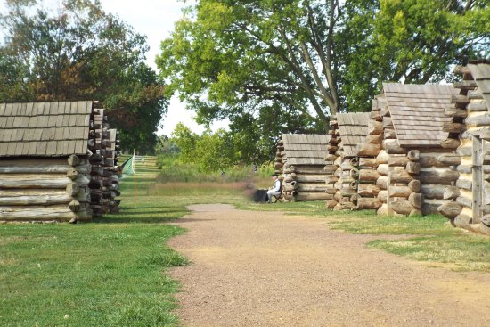 Yorktown, Virginie : These are the cabins the men built. Extremely small with 4 sets of three men bunks