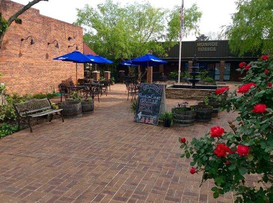 Monroe, Carolina del Nord: Franklin Court Grille Courtyard