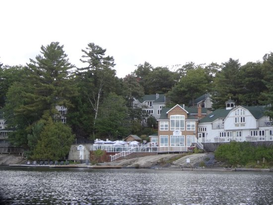 Muskoka District, Canadá: View of Resort from canoe