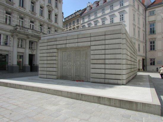 Judenplatz: Monumento al holocausto.