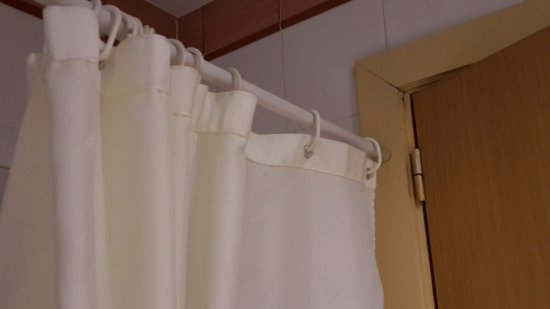La cortina de la bañera anclada al marco de la puerta - Picture of ...